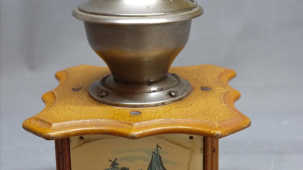 Schöne, alte Kaffeemühle: -DIENES- mit holländischen Motiven, um 1900...