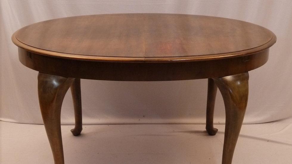 Schöner, alter Nußbaum-Esstisch, oval-ausziehbar,  Stil Barock