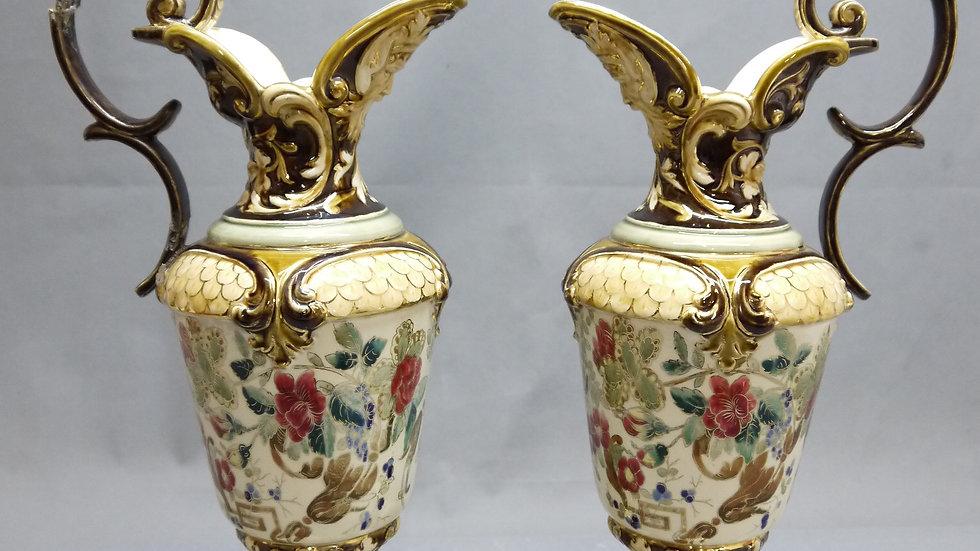 Paar imposante Historismus-Henkel-Krüge, Keramik, um 1900