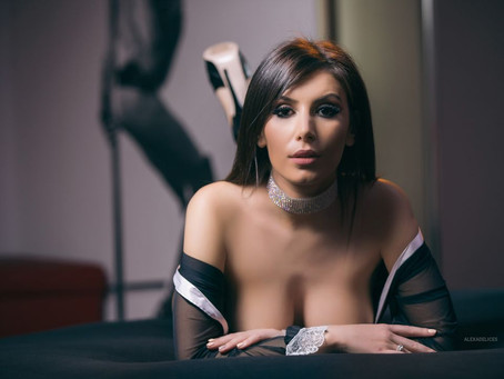AlexaDelices-Gorgeous Woman-Gazing Matures