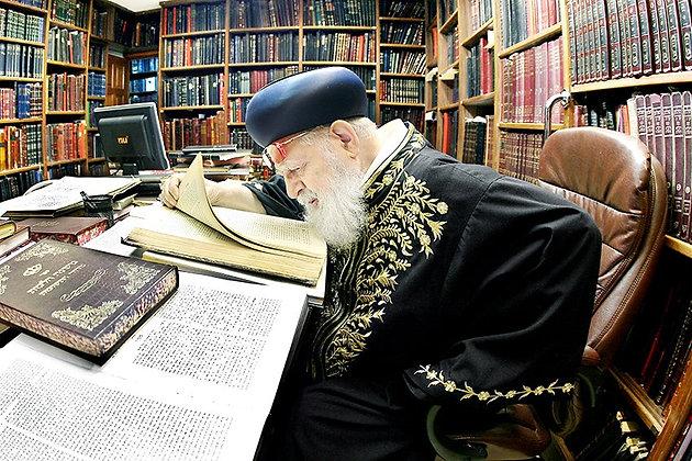 הרב עובדיה יוסף לומד