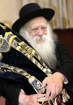 הרב קניבסקי עם ספר תורה