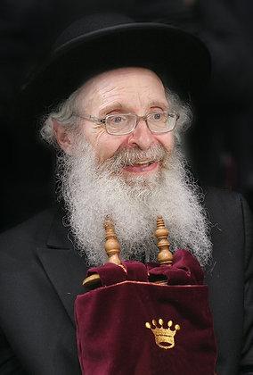 הרב פינקל עם ספר תורה