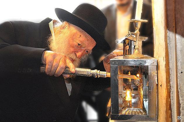 הרב קניבסקי מדליק חנוכייה