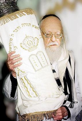 הרב אלישיב עם ספר תורה