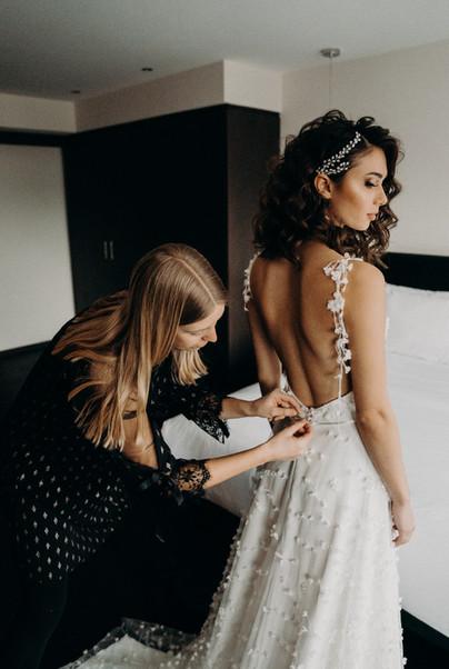 Braut mit Hochzeitsplaner