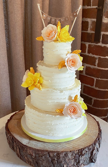 Buttercream Cake With Sugar Roses and Daffodils