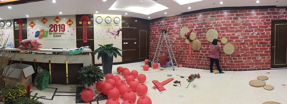 Chỉ với thời gian 1 ngày, Rồng Việt vừa chuẩn bị đồ vừa làm trang trí đã có thể hoàn thành các hạng mục trang trí cho 3 tầng của công ty FPT