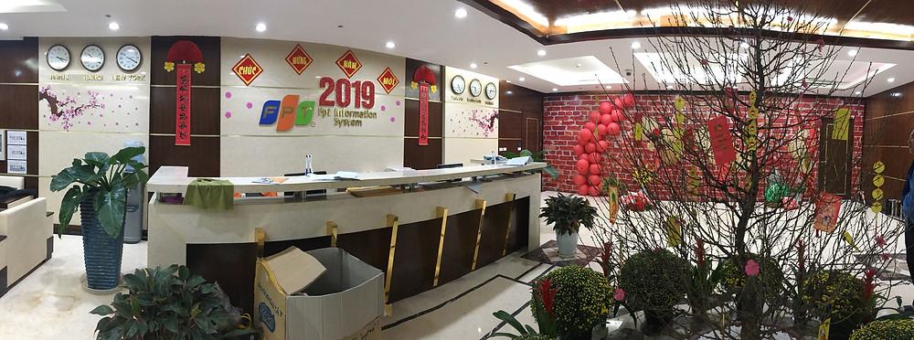 Khu lễ tân sẽ là khu vực chính mà mọi người sẽ trực tiếp nhìn vào mỗi khi vào các công ty, do vậy Rồng Việt đã gợi ý khách hàng trang trí và tập trung được ánh nhìn cho mọi người