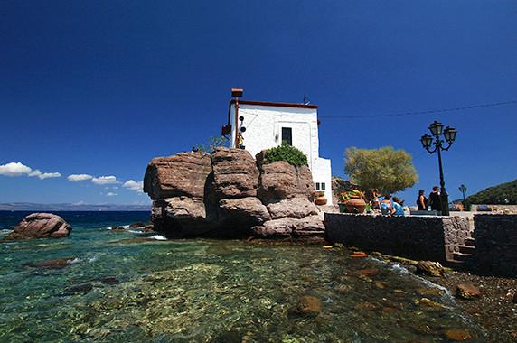 La chapelle du petit port d'Efthalou (nord de l'île) © Luc Teper