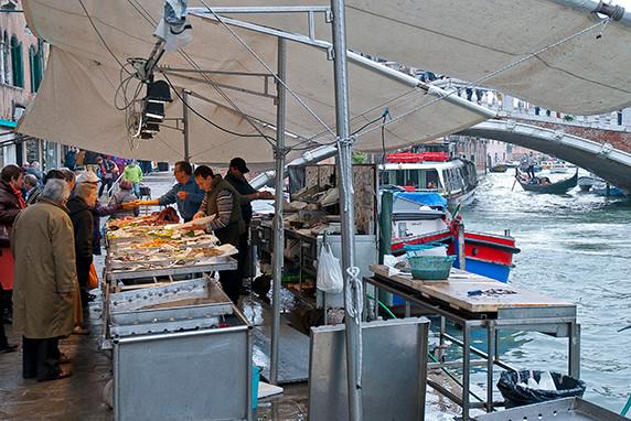 Marchand de poisson près du ghetto vecchio ©Luc Teper