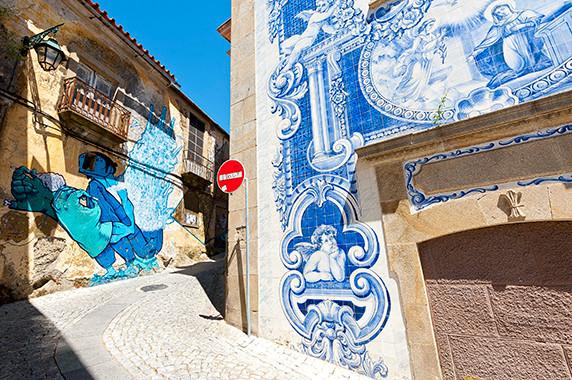 Azulejos et graphes dans un quarier de Covilhã © Luc Teper