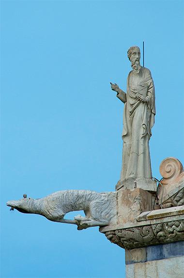 Gargouille et acrotère de la cathédrale de la piazza dei Miracoli (Pise) © Luc Teper