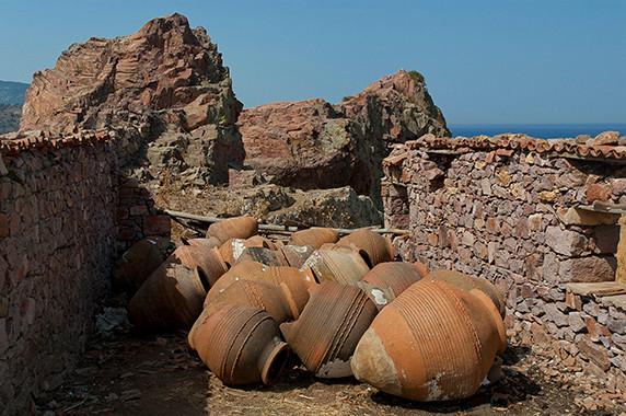 Amphores stockées dans les ruines d'une maison à proximité d'Anaxos Skoutarou © Luc Teper
