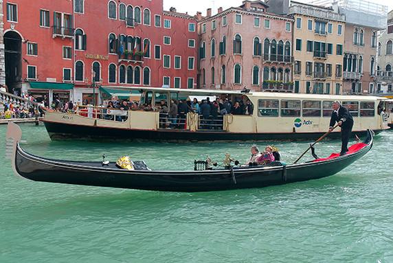 Gondole et vaporetto sur le Grand Canal ©Luc Teper