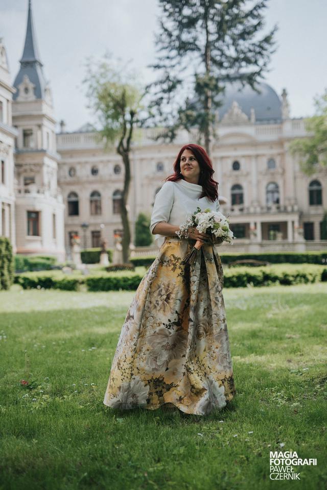Braut in farbigem Kleid