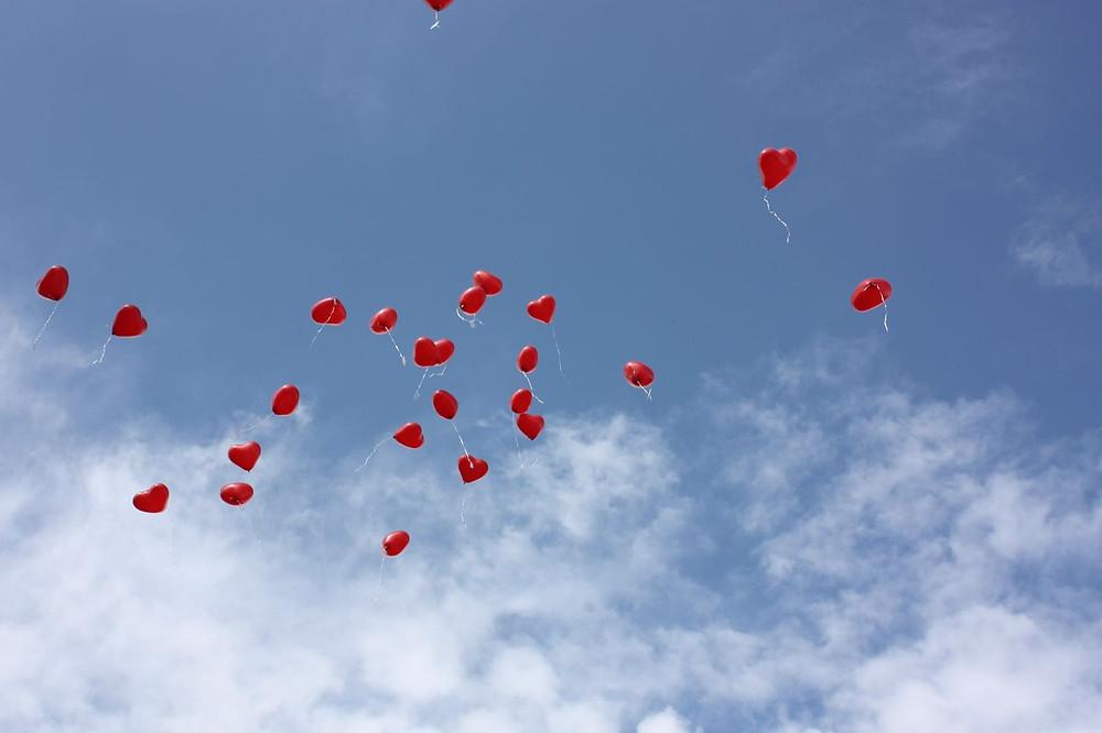 Herzluftbalons steigen in den Himmel
