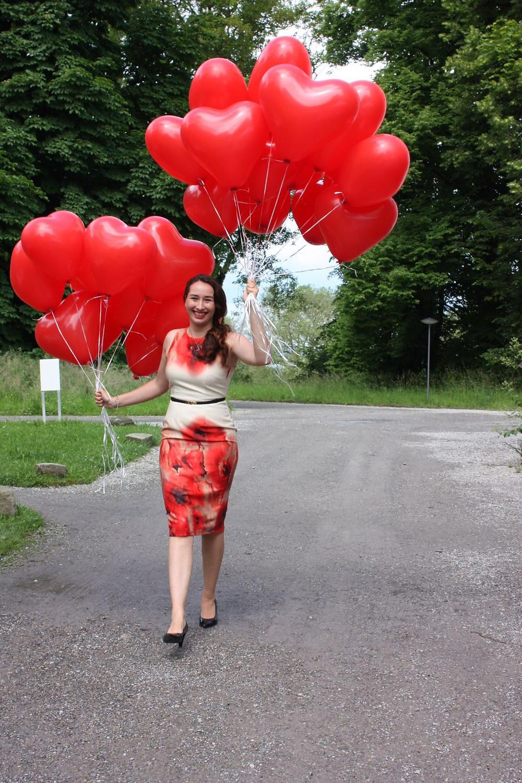 Julia Pöhler mit Luftbalons