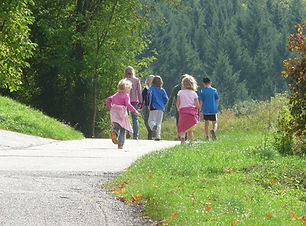 family-outing-421653_1280.jpg