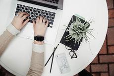 Schreibend auf Computer