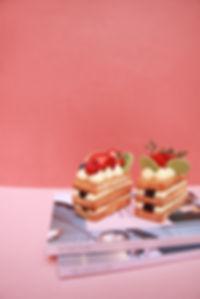 「莓好食光」將層層薄脆的酥皮改以嚴選吐司片呈現,輕柔香緹採用29.5%香濃白巧克