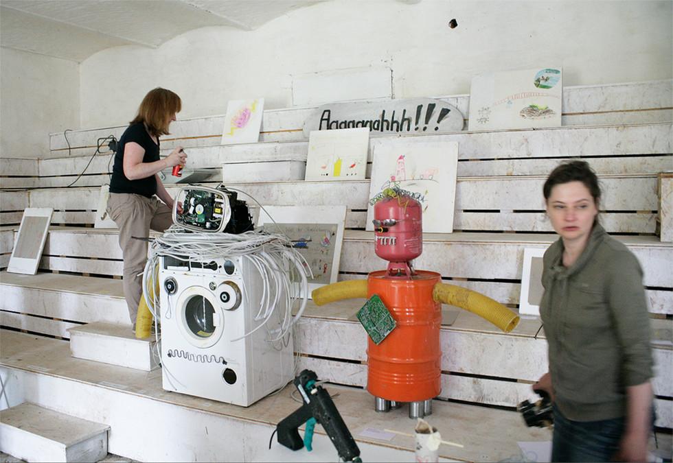 Sibylle hilft beim Aufbauen der Ausstellung
