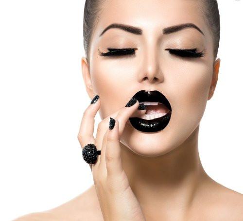 Gli errori make up che gli uomini odiano: dal fondotinta esagerato al rossetto sbavato.
