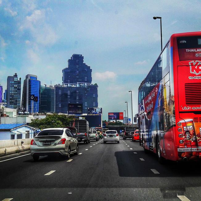 Fahrt durch die Skyline von Bangkok