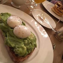 Breakfast in heaven ☁🌎💂 #thelondonedition #edition #theeditionhotel #londen #london #uk #luxuryhot
