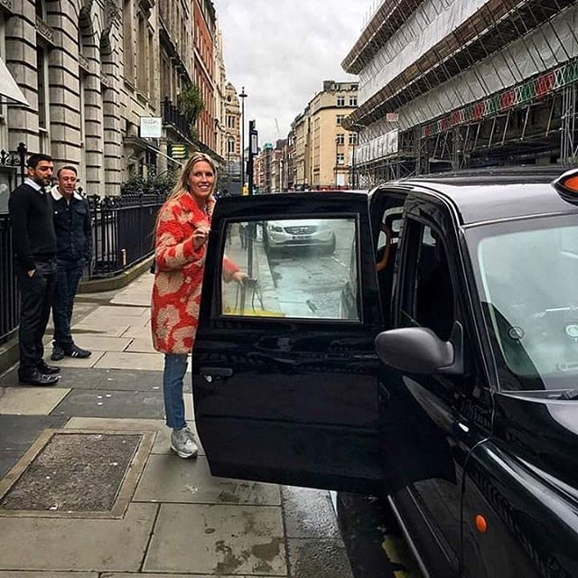 London streetlife _#cab #taxi #theeditionhotel #thelondonedition #marccain #colour #travel #wanderlu