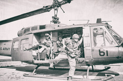 Huey helicopter dissembarking bw