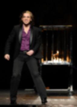 Daniel Ka performing his fire cage spectacular illusion. / Daniel Ka presentando su número espectacular de la jaula de fuego.