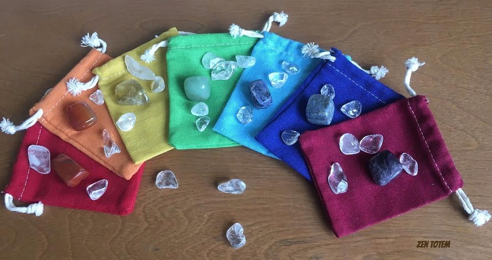 pochettes de couleur avec cristaux pour les chakras