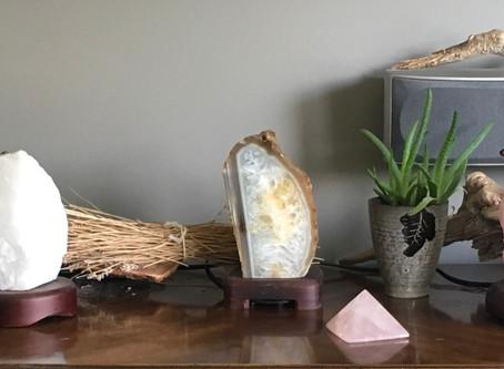 Les lampes naturelles de sel d'Himalaya, de quartz blanc, de quartz rose, de sélénite et d'a