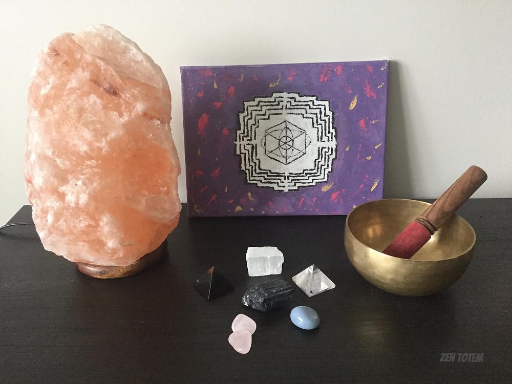 purification et protection: jorhei, lampe de sel d'Himalaya, bol tibétains et divers cristaux
