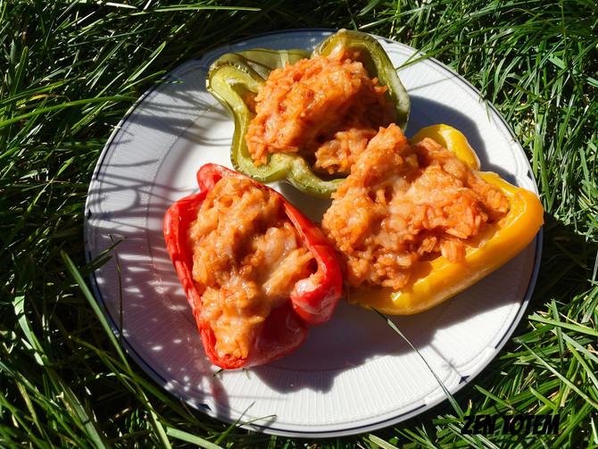 Poivrons farcis au risotto à la tomate (plat végétarien)