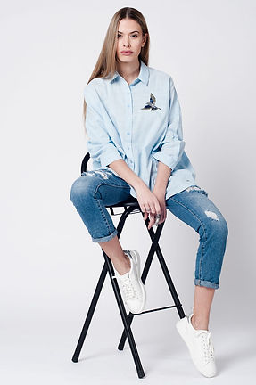 Blue-wash-mom-jeans-bird-embroidery_rcDq