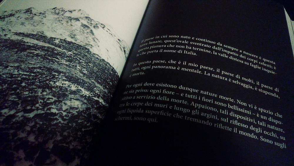 Zetaesse, Deborah Bianco. Si indagherà l'universo fantasmatico dell'immagine così come si manifesta nella forma-libro del Diorama di Marco Magurno, edito da Il Saggiatore nel 2016