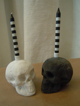 Totenköpfe schwarz und weiss mit kleinen Kerzen