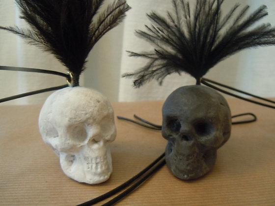 Totenköpfe schwarz oder weiss als Anhänger