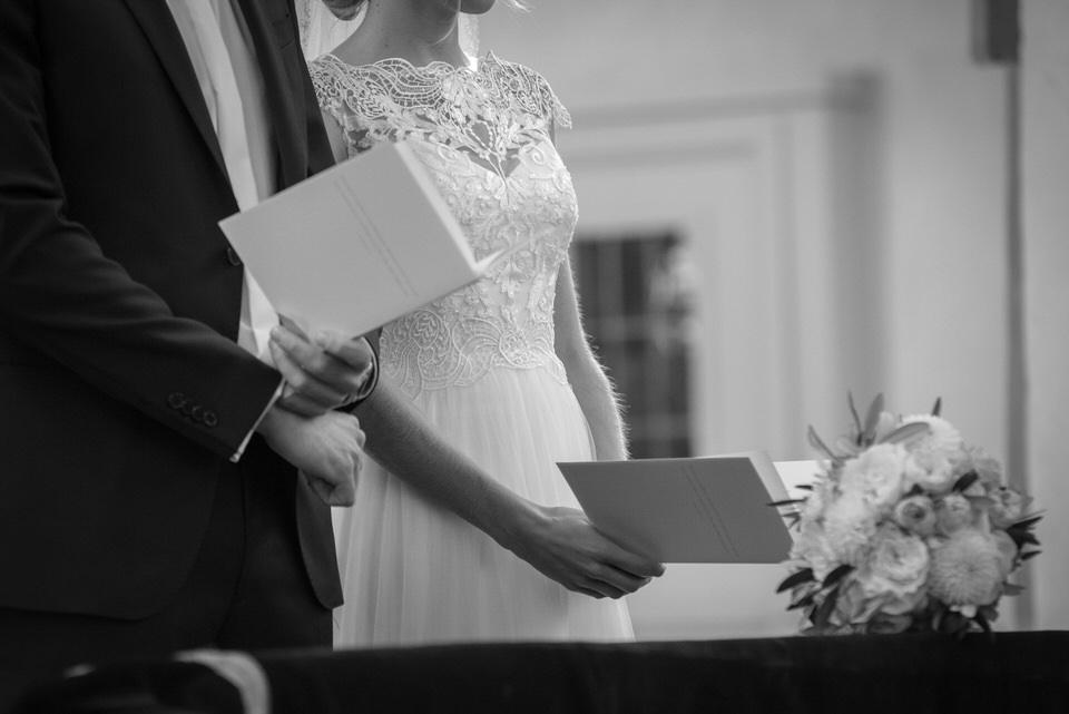 Fotografie-Hochzeit-Kirche-Brautstrauß