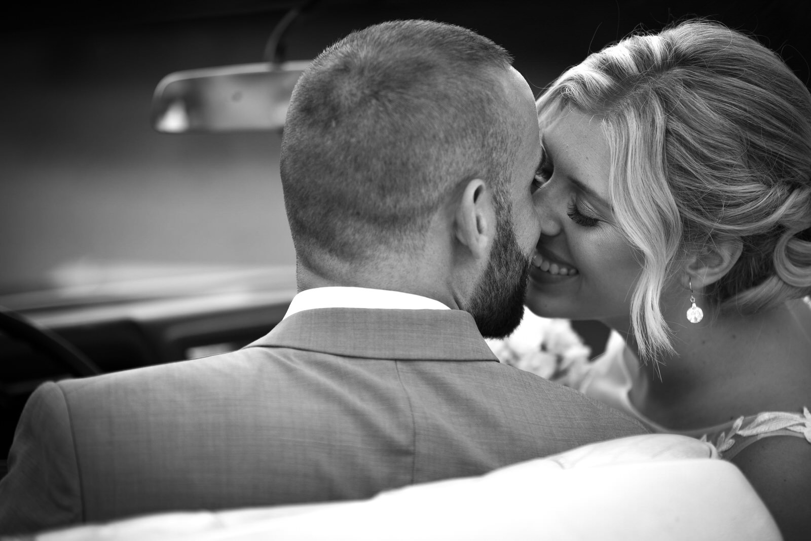 Fotografie-Hochzeit-Hochzeitsauto-Kuss-g