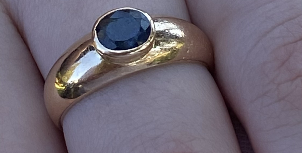 Unisex 18 ^ gold and natural sapphire ring