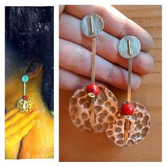 Aros de cobre texturado, plata 950 y coral rojo. Colección Semillas