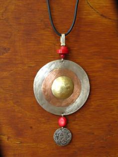Medallón de Plata, Cobre y Bronce, con aplicación de Corales y medalla de plata martillada con técnica mapuche