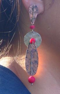 Aros de Cobre texturado con martillado mapuche, adornados con medalla de Plata y Corales.