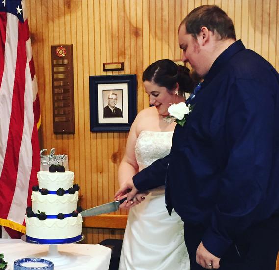 Cassie & Ernie slicing their cake