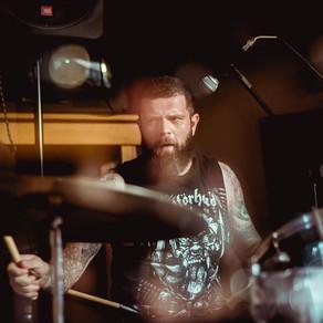 A bateria explosiva e alternativa de Alê Cruz, do duo de stoner e alt rock Wolf Among