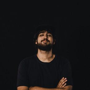 Henrique Stella criando músicas que fogem do contexto e dos modismos correntes