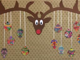 Rendiergewei met kerstballen